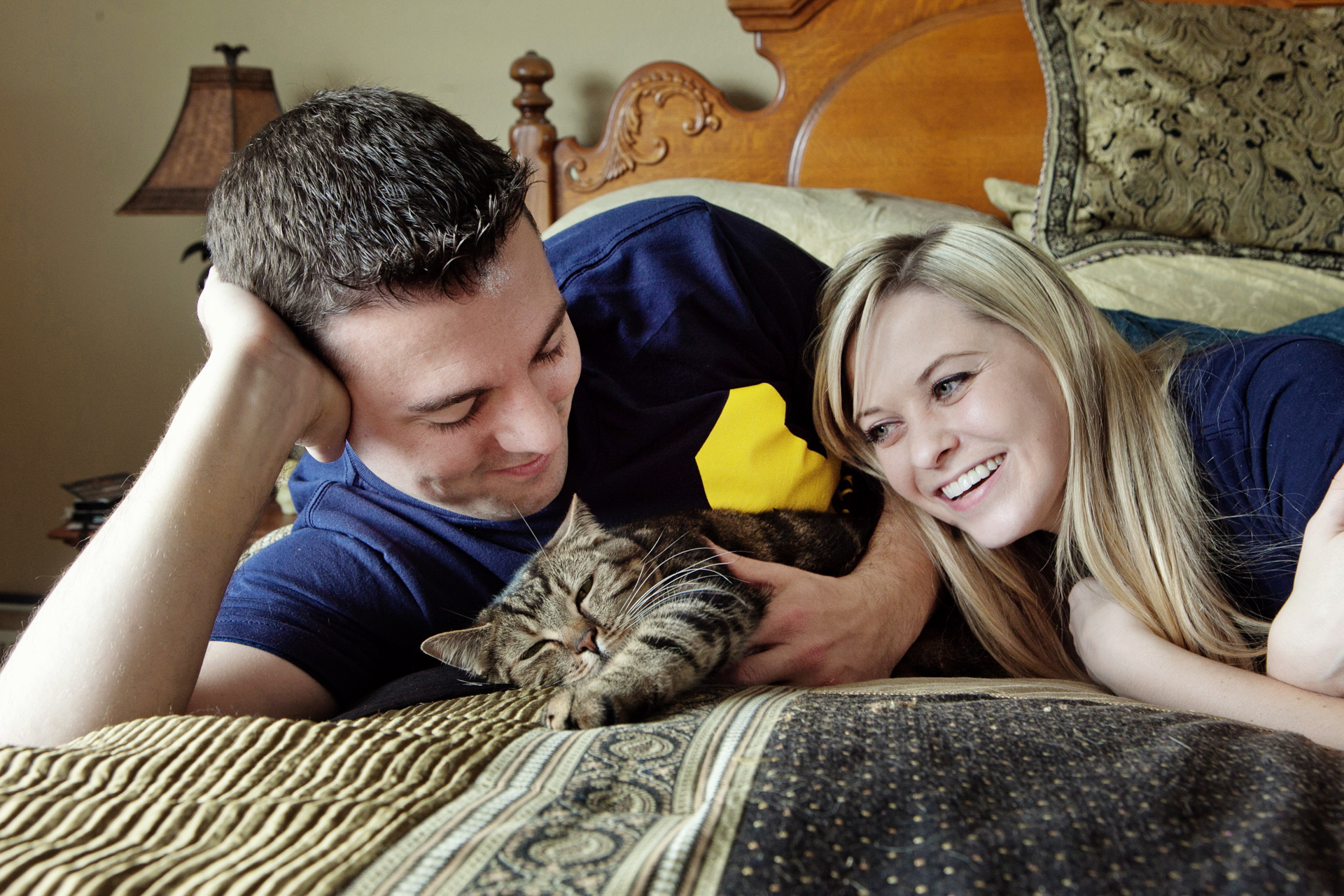 engagement-session-with-tabby-cat
